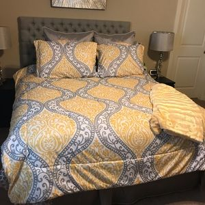 YELLOW AND GREY CHEVRON COMFORTER!!